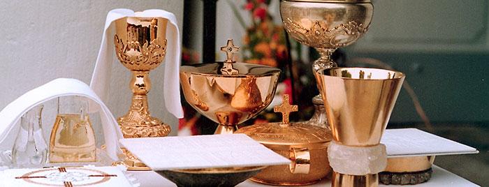 Altar mit Kelchen und Schalen © Erzbistum Köln, PEK