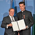 Verleihung des Bundesverdienstkreuzes an Stadtdechant Dr. Wolfgang Picken durch NRW Ministerpräsident Armin Laschet
